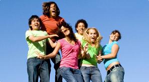 Groupe d'adolescents joyeux